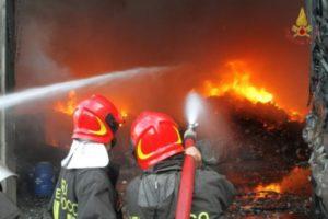 I Vigili del Fuoco impegnati nelle operazioni di spegnimento dell'incendio del Morrone (foto tratta dal sito www.rete8.it).