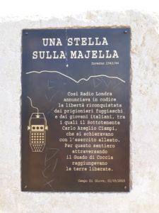 """La lastra danneggiata posta sulla stele commemorativa """"Una stella sulla Majella"""" sul sentiero che conduce a Monte Coccia"""