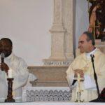 Il Vescovo di Sulmona Michele Fusco e don Magloire durante la concelebrazione nella chiesa di San Rocco di Campo di Giove