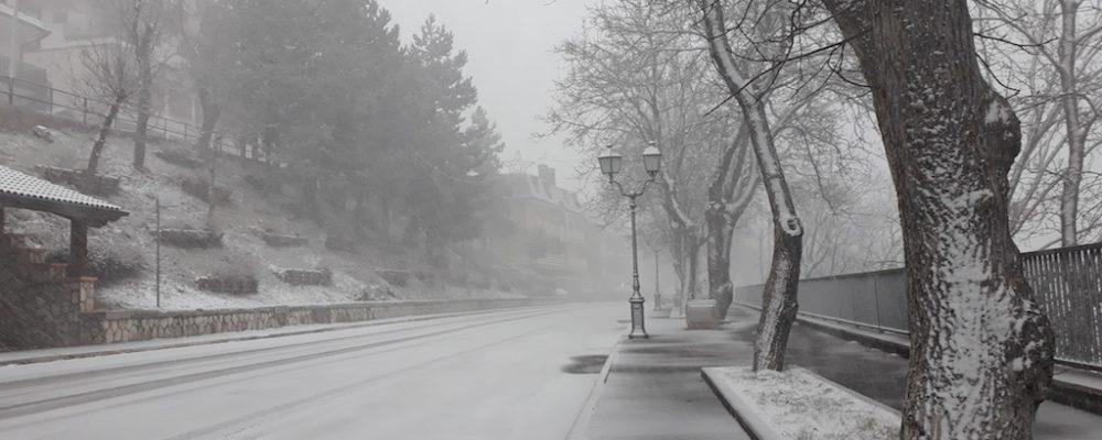 Una leggera nevicata ha imbiancato il paese. In corso gli eventi dei Mercatini di Natale, i Treni storici e turistici e la mostra fotografica dedicata alla Transiberiana d'Italia